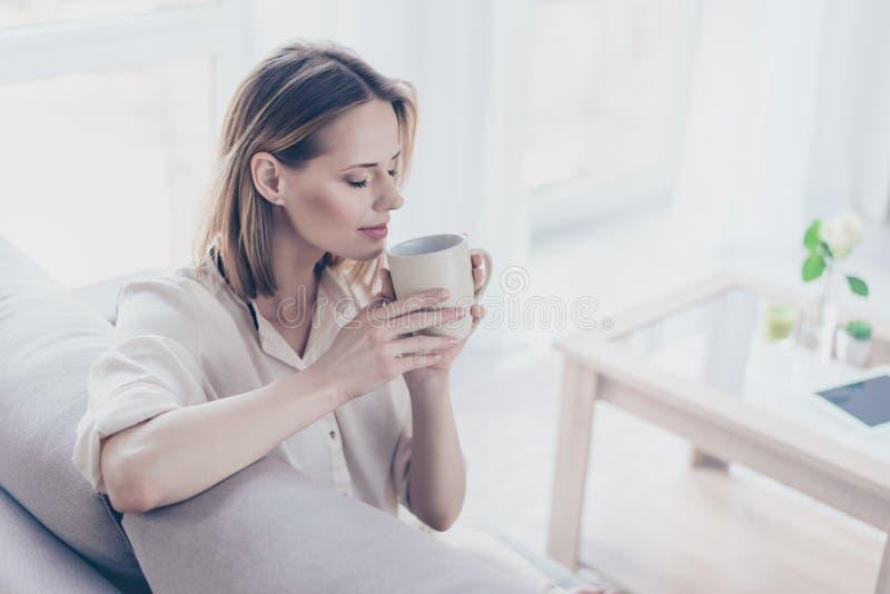 De koffie helpt u vers, wakker, vrolijk en volledig van energie te zijn stock afbeeldingen