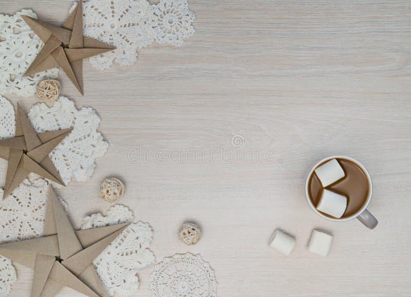 De koffie, marshmellows, sterren, doilies op lichte vlakke achtergrond, legt, hoogste mening, exemplaarruimte stock foto
