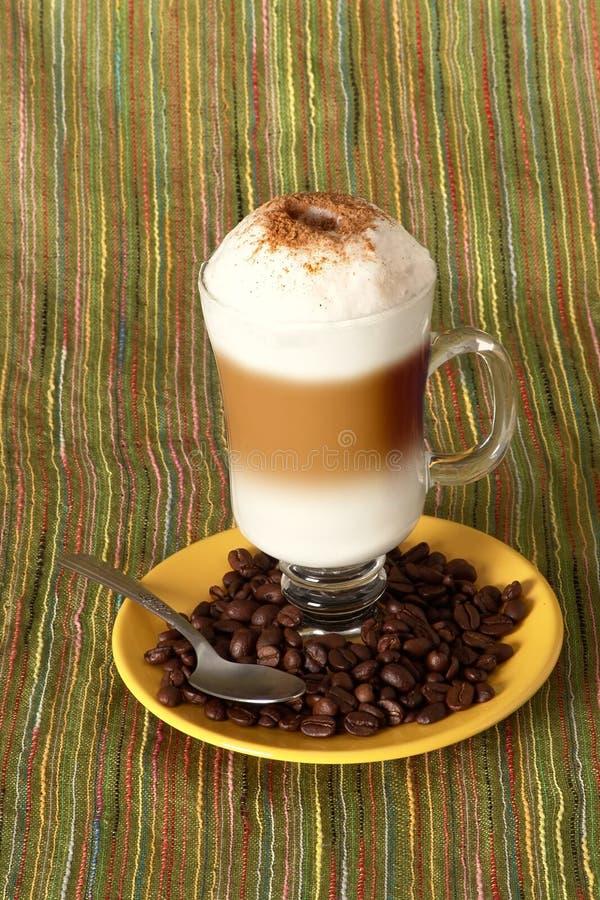 De koffie van Capuccino met bonen stock afbeelding