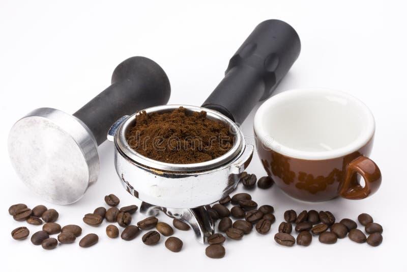 De koffie van de grond in een espresso portafilter stock fotografie