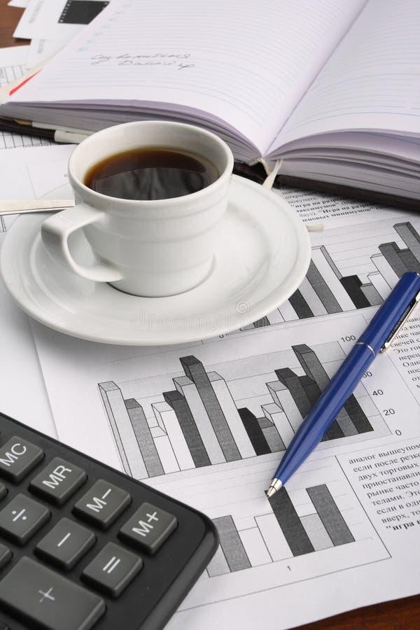 De koffie van de kop op bedrijfsnieuws stock afbeeldingen
