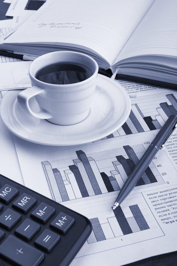 De koffie van de kop op bedrijfsnieuws royalty-vrije stock fotografie