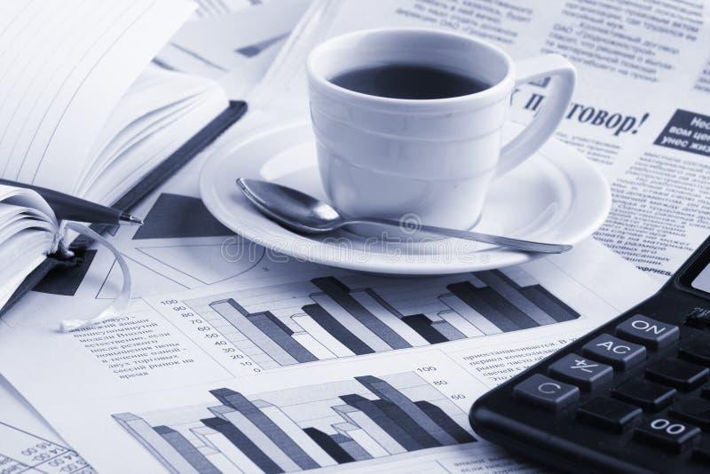 De koffie van de kop op bedrijfsnieuws royalty-vrije stock foto's