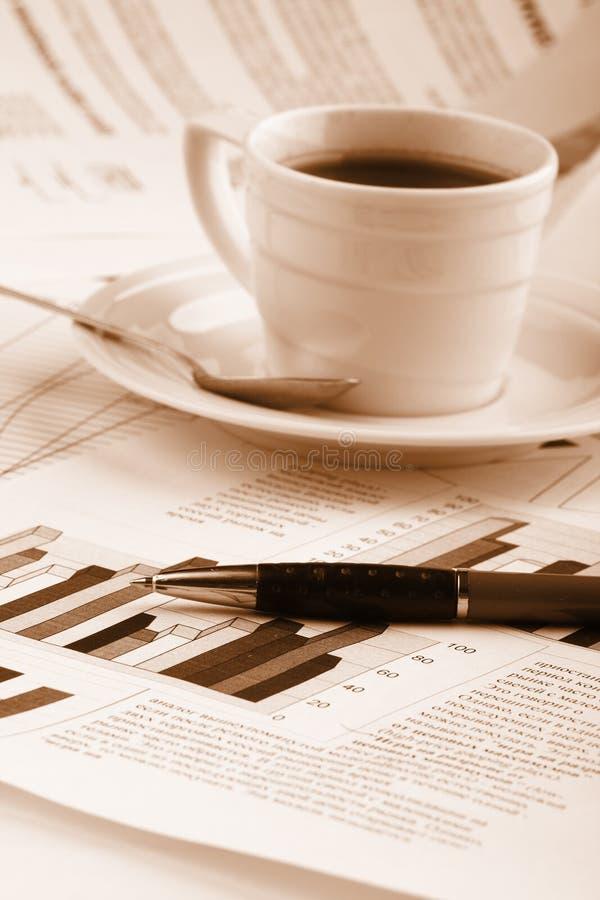 De koffie van de kop op bedrijfsnieuws royalty-vrije stock afbeeldingen