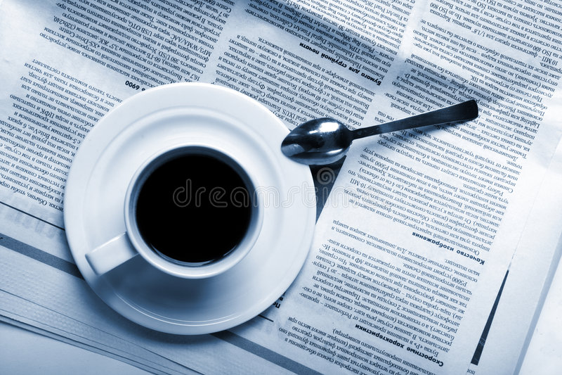 De koffie van de kop op bedrijfsnieuws stock foto