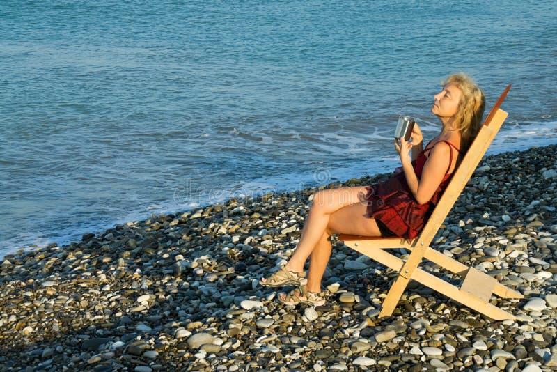 De koffie van de ochtend op het strand royalty-vrije stock fotografie