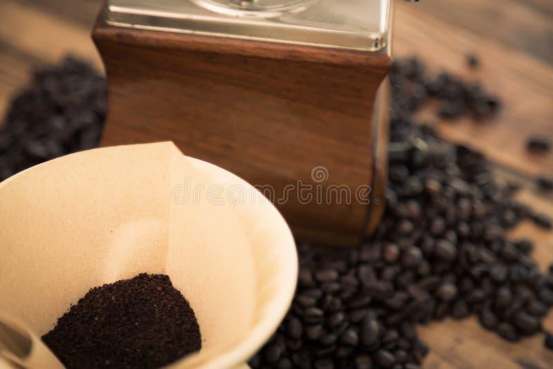 De koffie van de voorbereidingsdruppel (Gefiltreerde beeld verwerkte wijnoogst) stock fotografie