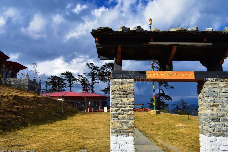 De Koffie van Drukwangyal dichtbij 108 herdenkingschortens of stupas die als Druk Wangyal Chortens in Dochula wordt bekend gaat,  stock fotografie