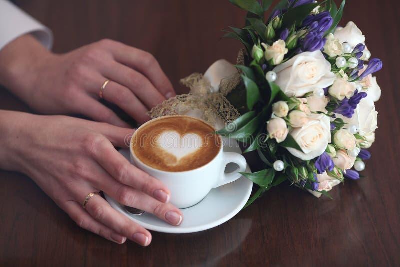 De koffie van het de bloemenhart van cappuccinominnaars stock fotografie