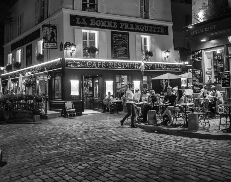 De Koffie van La Bonne Franquette op Montmartre, Parijs, op een de zomeravond stock afbeeldingen