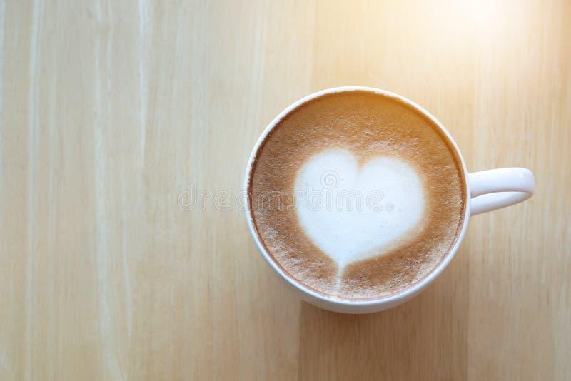 De koffie van de Lattekunst en geroosterde koffiebonen in ochtendtijd met s royalty-vrije stock afbeeldingen