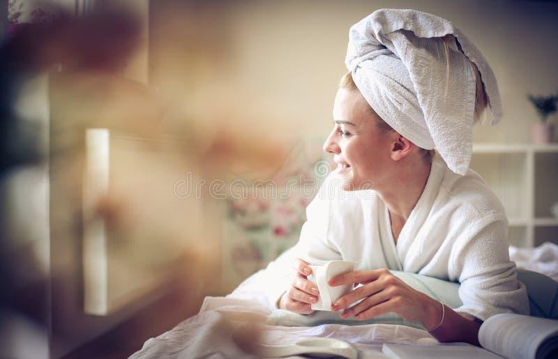 De koffie van de ochtend in bed stock fotografie