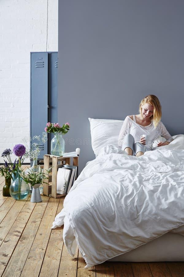 De koffie van ochtendrituelen in bed stock fotografie