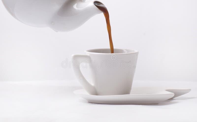 De koffie van Poring in een kop royalty-vrije stock foto's