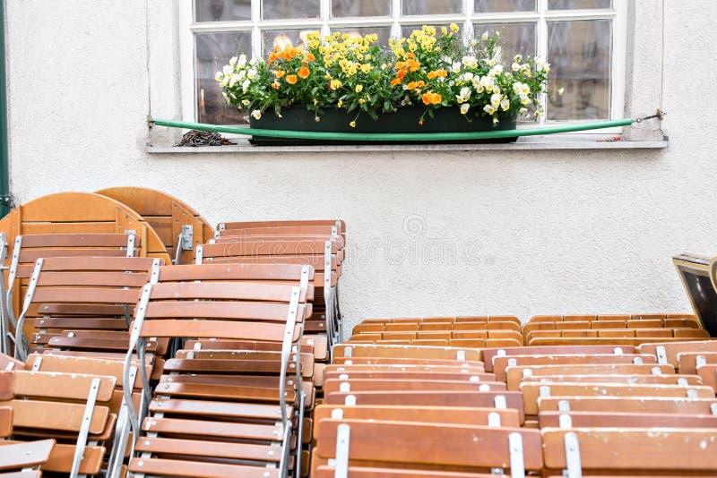 De koffie van de straatstad Keurig gestapelde lijsten en Stoelen, wachtend op mensen om hen bij een gebeurtenis te gebruiken Wene royalty-vrije stock foto's