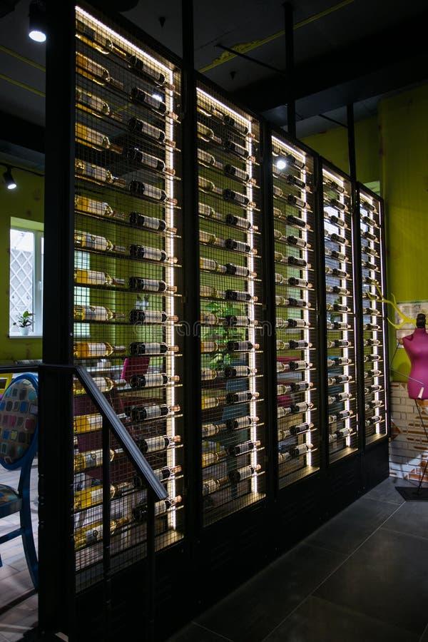 De koffiebinnenland van de fusiestijl met de plank van de metaalwijn royalty-vrije stock afbeelding