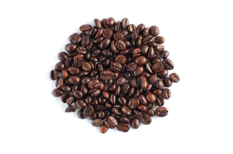 De koffiebonen isoleren op witte achtergrond stock afbeeldingen