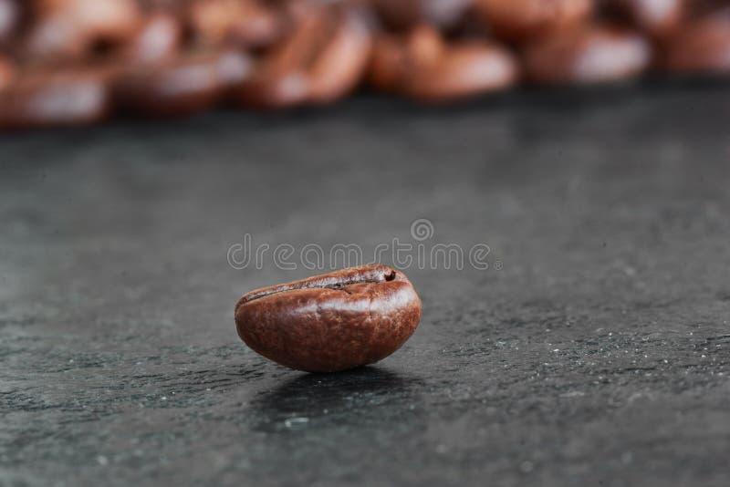 De koffiebonen met schaduwen stock fotografie