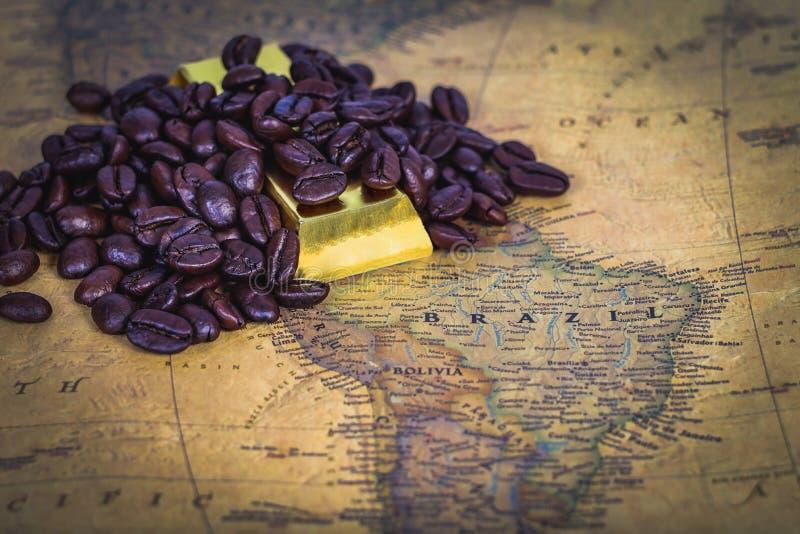 de koffieboon is een goud op kaart royalty-vrije stock foto's