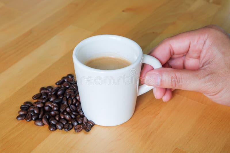 De Koffiekop en Bonen van de handgreep royalty-vrije stock foto's