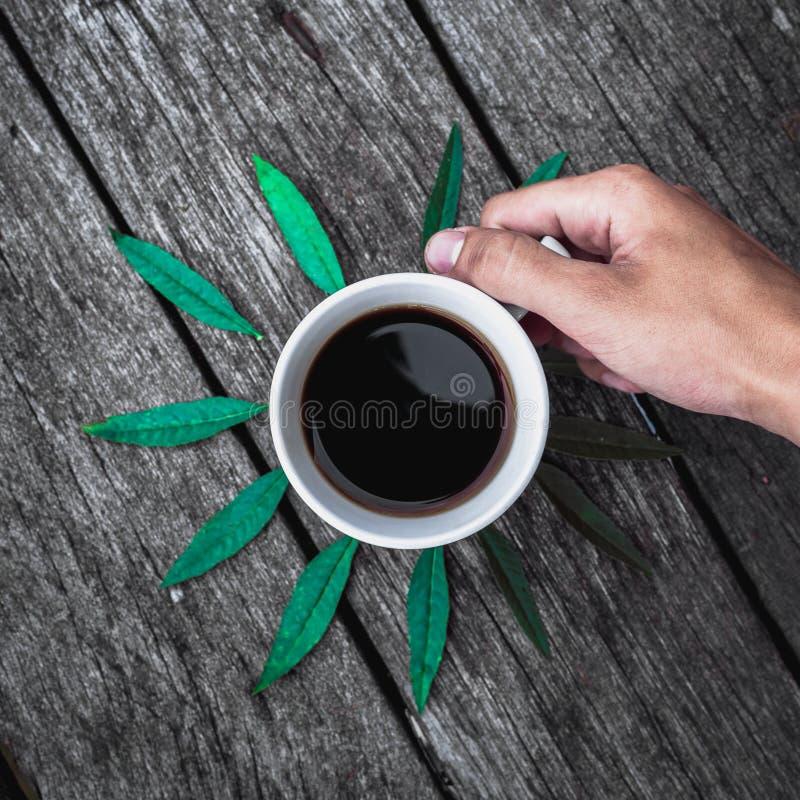 De koffiekop op groene bladerenvlakte als achtergrond lag royalty-vrije stock foto