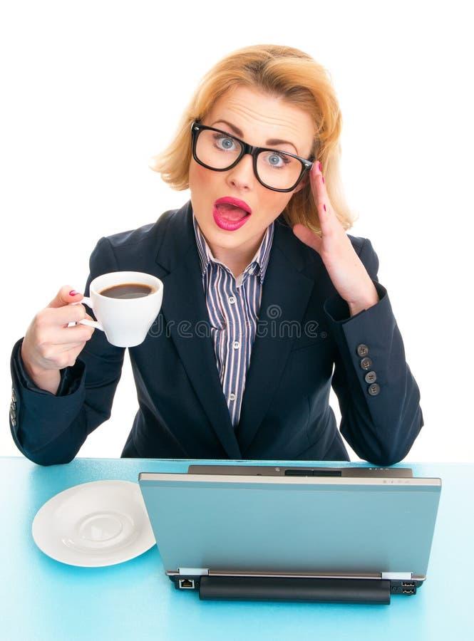 De koffiekop van de bedrijfsvrouwenholding royalty-vrije stock foto's