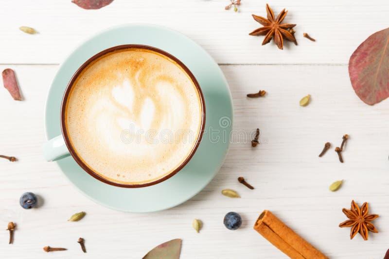 De koffiekop van de de herfstcappuccino op witte houten achtergrond royalty-vrije stock fotografie
