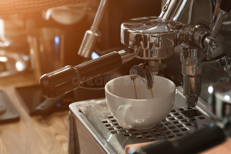 De koffiemachine in de koffie maakt een cappuccino royalty-vrije stock foto's