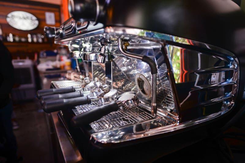 De koffiemachine voor maakt een donkere koffie, latte, een cappuccino, een macchiato en een thee in koffiewinkel royalty-vrije stock fotografie