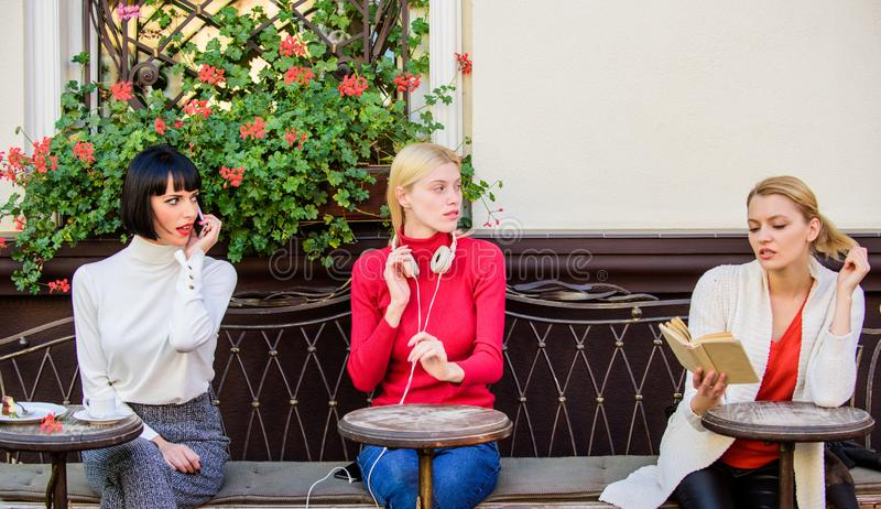 De koffieterras zich van groeps onderhoudt het mooie vrouwen met en lezing die spreken luisteren Informatiebron wijfje stock fotografie