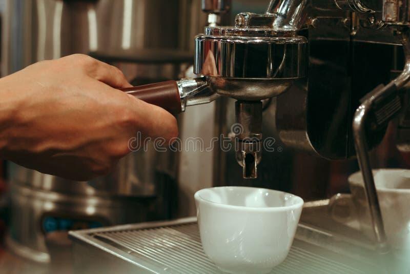 De Koffievoorbereiding van Baristahand cafe making, Selectieve Nadruk royalty-vrije stock foto
