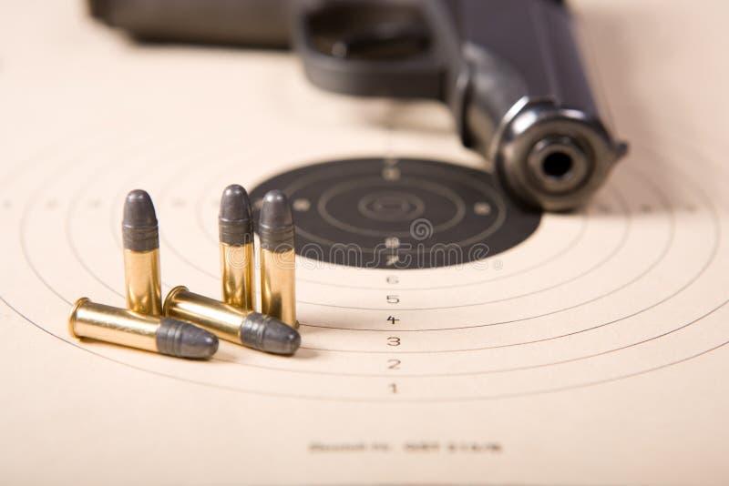 De kogels en het pistool van het doel stock afbeeldingen