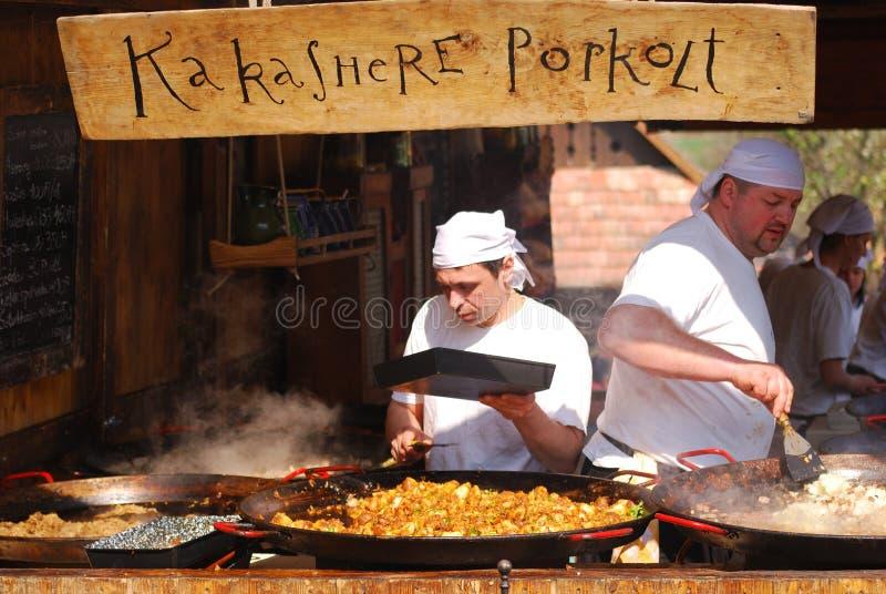 De kok bereidt de hutspot van de haantestikel, Holloko, Hongarije voor royalty-vrije stock afbeelding