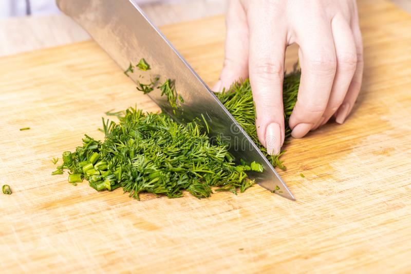 de kok hakte groene dille stock afbeelding