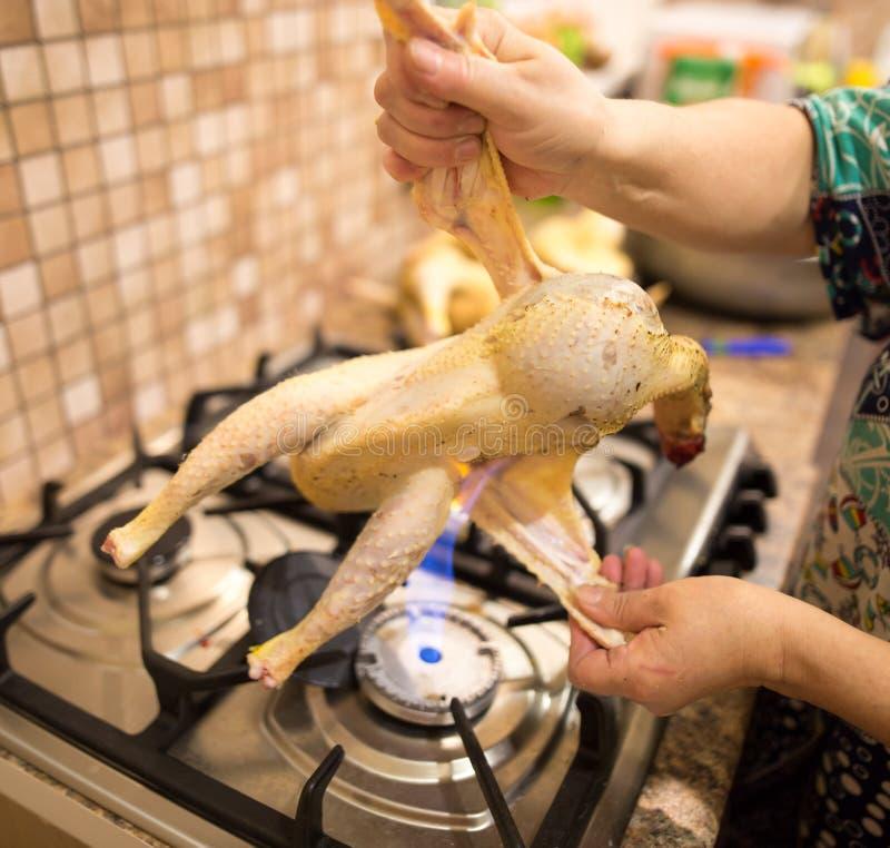 De kok snijdt de kip op brand royalty-vrije stock foto