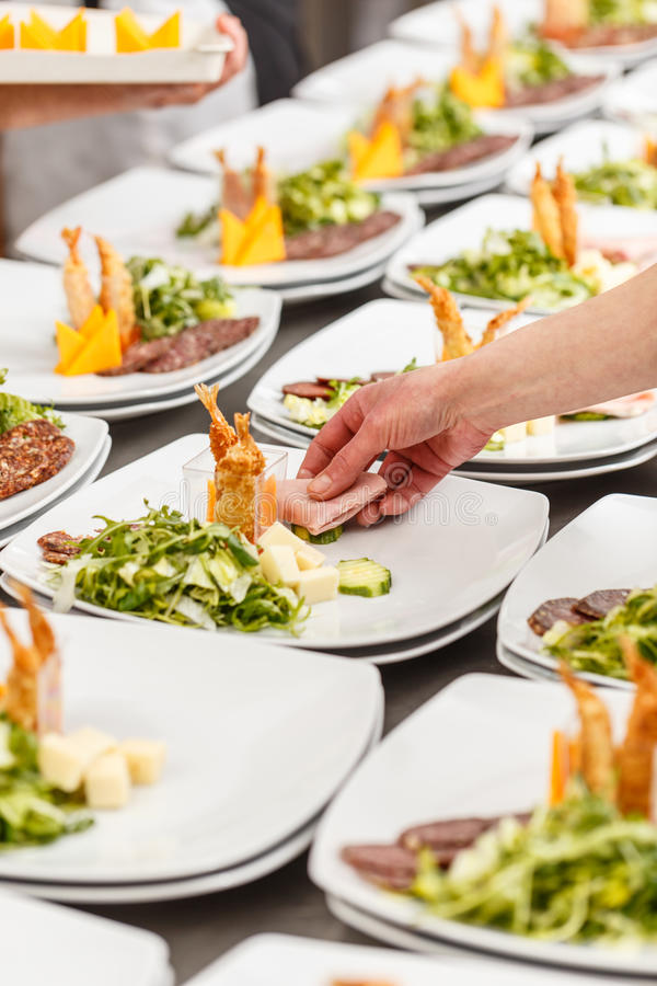 De kok versiert voorgerechtplaten royalty-vrije stock afbeelding