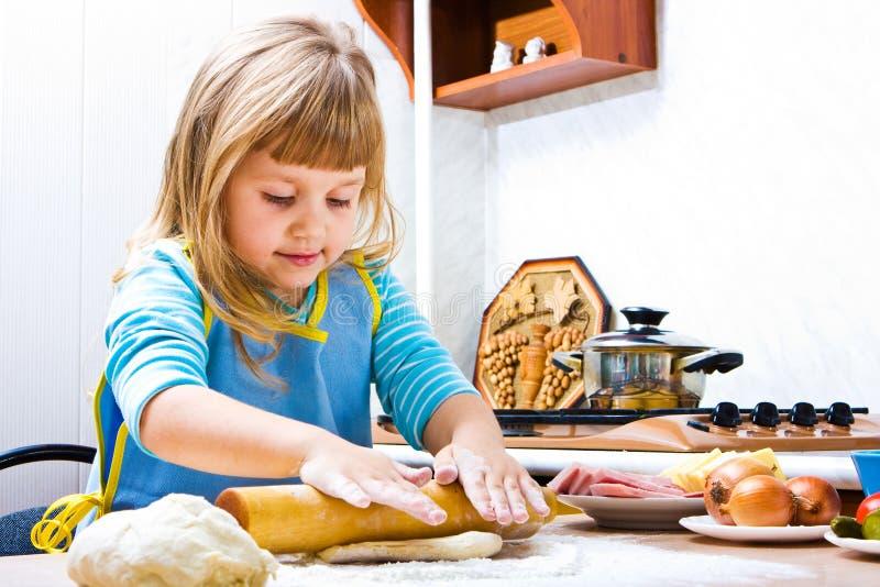 De kokende pizza van het meisje royalty-vrije stock foto's
