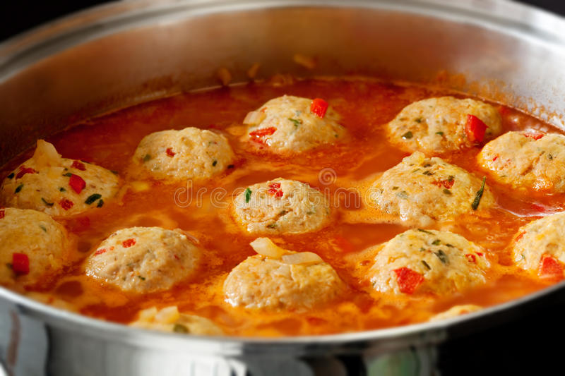 De kokende Vleesballetjes van de Kip stock afbeeldingen