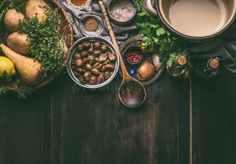 De kokende voorbereiding van de kastanjesoep met ingrediënten en keukengereedschap op donkere houten achtergrond royalty-vrije stock foto's