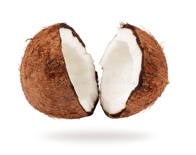 De kokosnoot is gebroken in twee delen close-up op witte achtergrond stock afbeelding