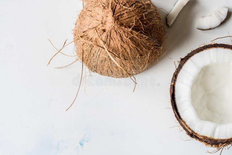 De kokosnotenhelften op witte hoogste mening als achtergrond royalty-vrije stock afbeelding