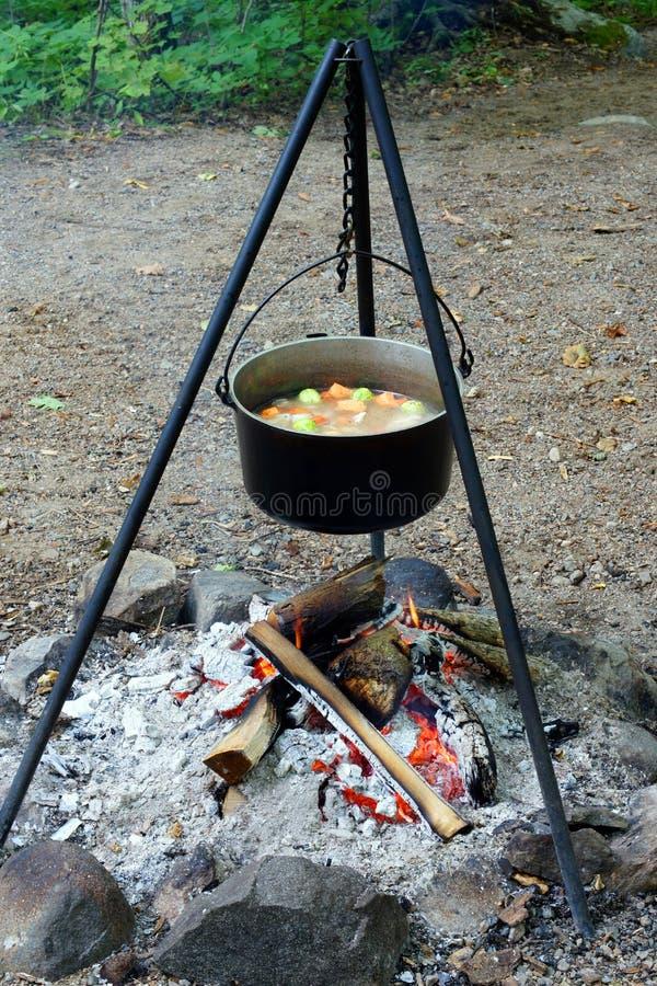 De koks van de hutspot over een open brand stock fotografie