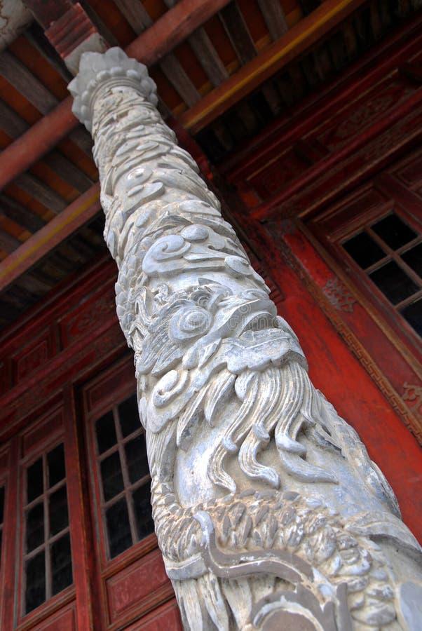 De kolom van de draak van het koninklijke paleis in Tint, Vietnam stock fotografie