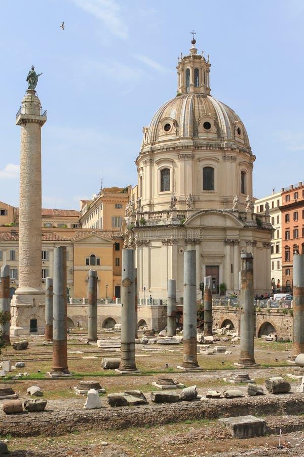 De Kolom van Trajan en de Kerk van de Heiligste Naam van Mary, Rome, Italië royalty-vrije stock foto's