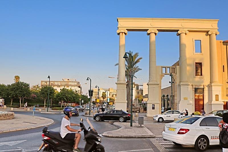 De kolommen blijven van de voorgevel van het administratieve gebouw tijdens de periode van stock foto