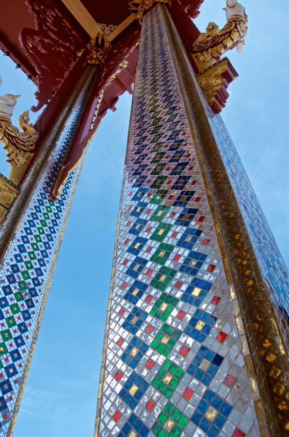 De kolommen van de Thaise tempel zijn verfraaid met spiegelmozaïeken royalty-vrije stock foto