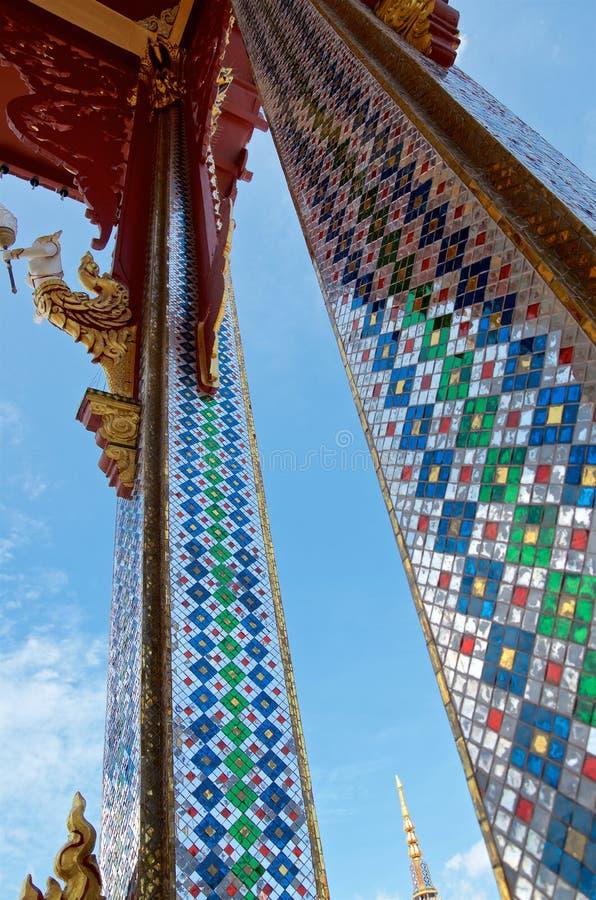 De kolommen van de Thaise tempel zijn verfraaid met spiegelmozaïeken stock afbeeldingen