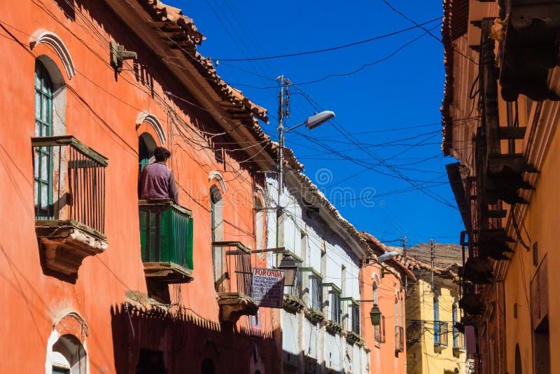 De Koloniale straten van Potosi, Bolivië met de achtergrond van Cerro stock afbeelding