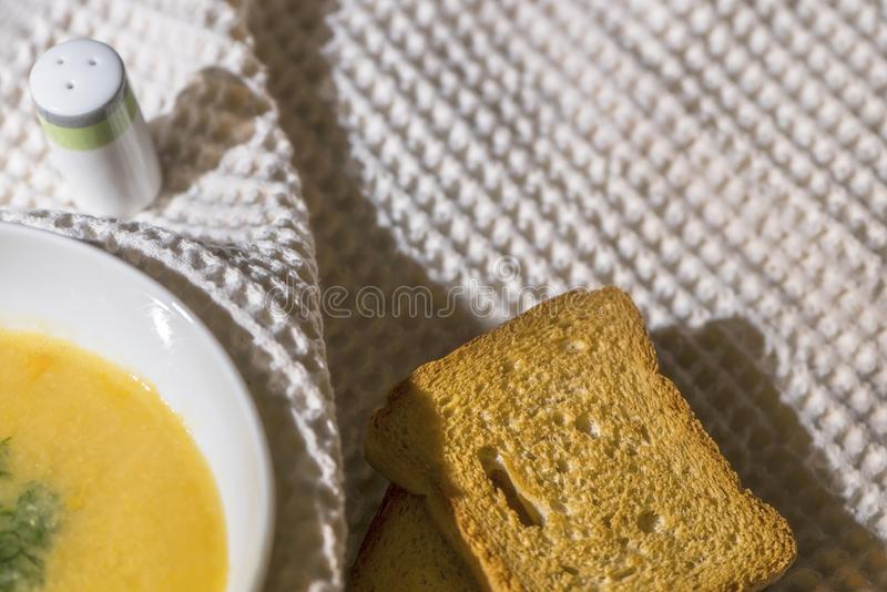 De kom eigengemaakte linzesoep in een witte soepkom met zoute schudbeker, sluit omhoog, macrofotografie royalty-vrije stock foto's