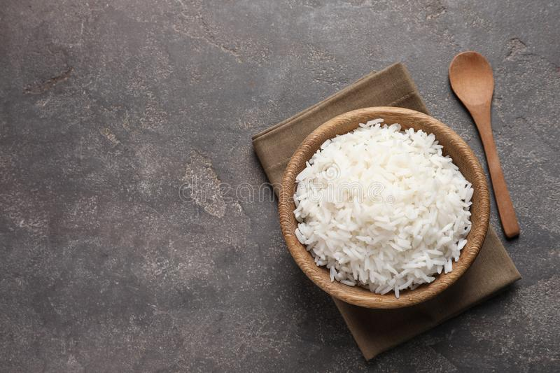 De kom heerlijke gekookte rijst die op lijst, vlakte wordt gediend lag royalty-vrije stock fotografie